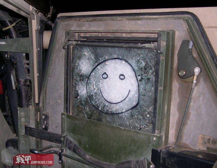被弹片击中的防弹玻璃.jpg
