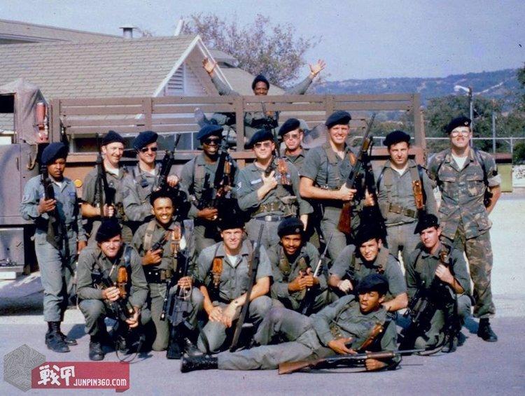 训练士兵集体照,可见当时美军使用的各种轻武器.jpg