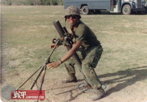 在德克萨斯州的布尔斯营地,正在操作迫击炮的士兵.jpg