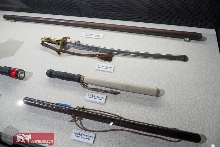 15 藏于警視庁警察博物館里的昭和时代警察装备,有长短警棒、警察佩刀以及警杖.jpg