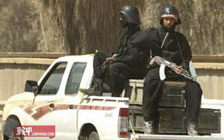 戴着星战盔,坐着皮卡,端着AK巡逻的萨达姆敢死队员。.jpg