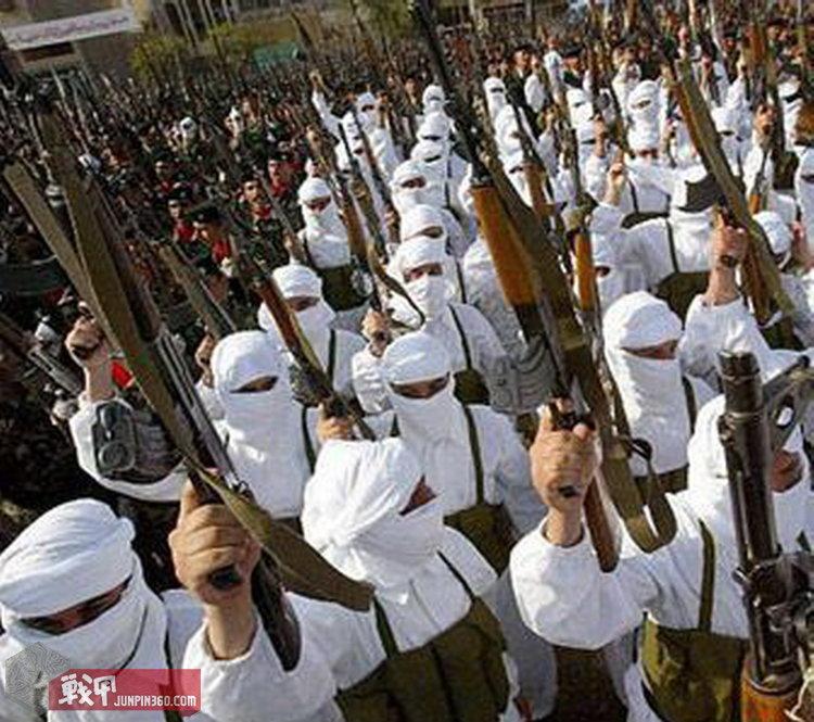 萨达姆敢死队除了黑色作战服,偶尔也穿白色战袍。.jpg