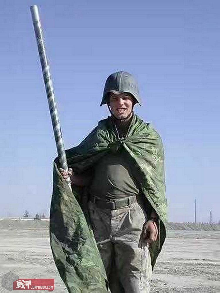 佩戴星战盔留影成了首批攻进巴格达的美军热衷的事情。.jpg