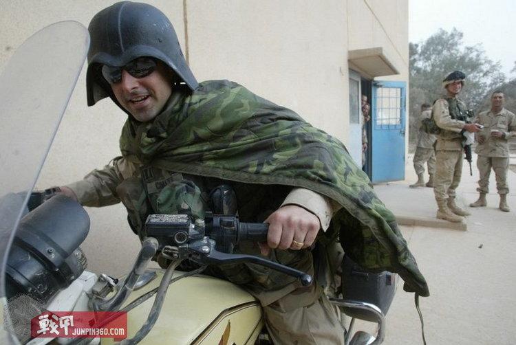 美军士兵佩戴缴获的星战盔嬉闹。.jpg