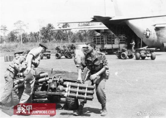 正在用AS-24机动三轮车转移物资的比利时伞兵,背景中的美国空军的C-130运输机