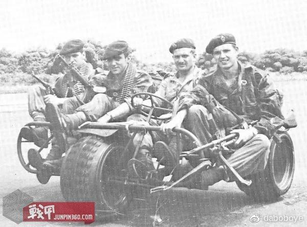 萨贝纳斯机场上的比利时第一空降突击团的伞兵,武器有维涅龙冲锋枪、FAL步枪和MAG机枪