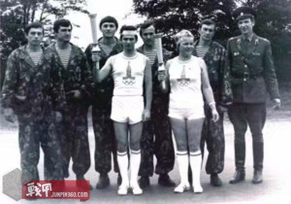 和莫斯科奥运会火炬手在一起的SOBR队员