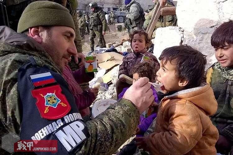 南部军区宪兵向民众发放食品 可看到MP袖章