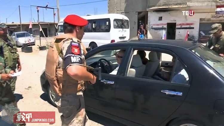 检查车辆的俄军宪兵